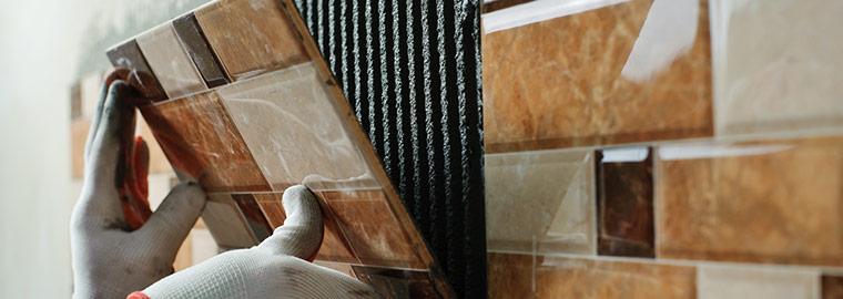 tegels vervangen tijdens een badkamerrenovatie